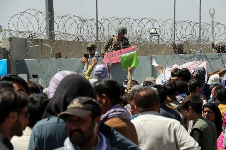 ▲阿富汗喀布爾機場稍早傳出自殺炸彈襲擊,由於現場有大量平民聚集,據傳造成了嚴重傷亡。(圖/美聯社)