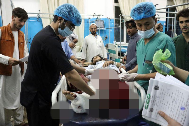 ▲極端組織伊斯蘭國(IS)26日在阿富汗喀布爾機場外引爆炸彈,造成嚴重傷亡,美國軍方表示,做好準備迎接後續攻擊。圖為在事件中受傷的人民。(圖/美聯社/達志影像)