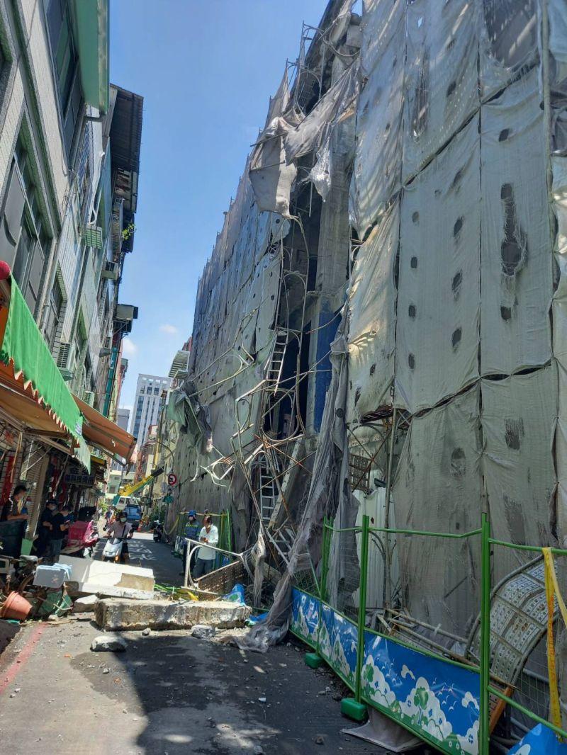 ▲高雄今日戲院舊址今(27)日上午再度傳出圍牆倒塌消息,而這已經是該址第三次倒塌,無人受困身亡。(圖/翻攝畫面)