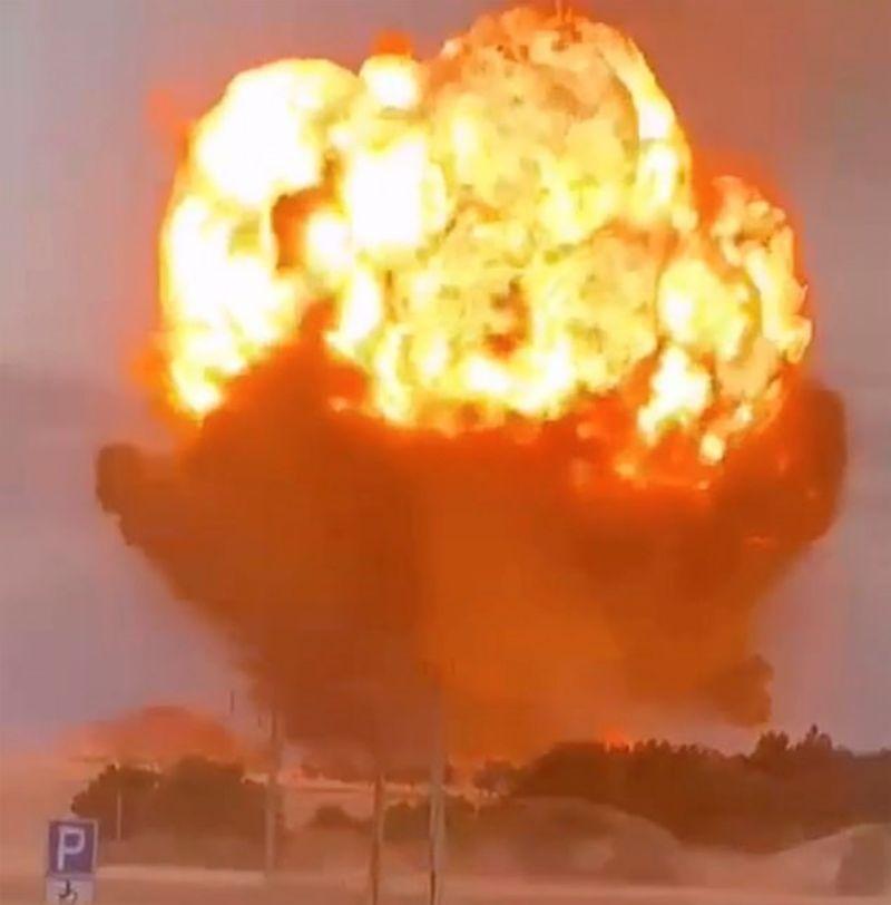 ▲哈薩克當局今天表示,境內一座彈藥儲存設施因失火引起爆炸,造成軍人與消防隊員共9死及90傷。(圖/翻攝自每日郵報)