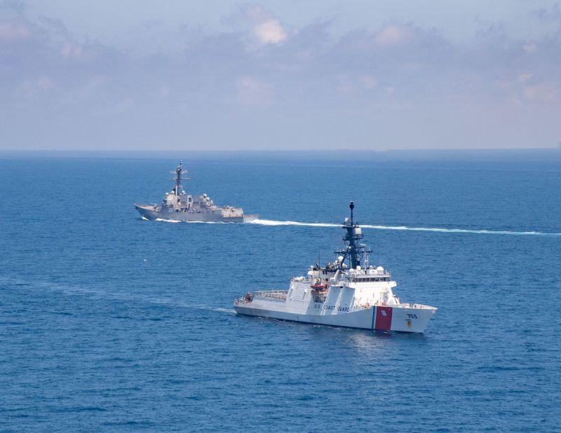 ▲美國第七艦隊驅逐艦紀德號,與美國海岸防衛隊的巡防艦穆洛號,一同通過台灣海峽。(圖/翻攝自第七艦隊官網)