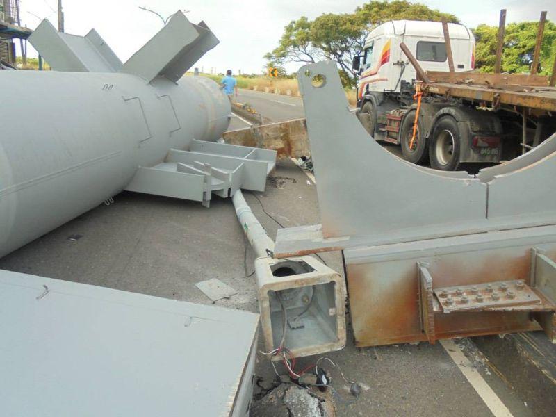 ▲重達數十噸重的鋼構貨物將路燈撞倒。(圖/大園分局提供)