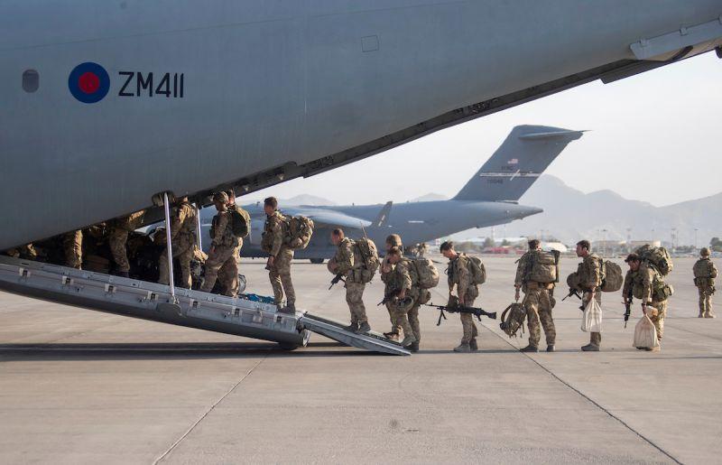 ▲西方軍隊結束在阿富汗長達20年的軍事部署,但英國外交大臣拉布表示,仍有「少數幾百名」英國公民滯留阿富汗。圖為英國部隊28日登上A400M運輸機離開阿富汗。(圖/美聯社/達志影像)