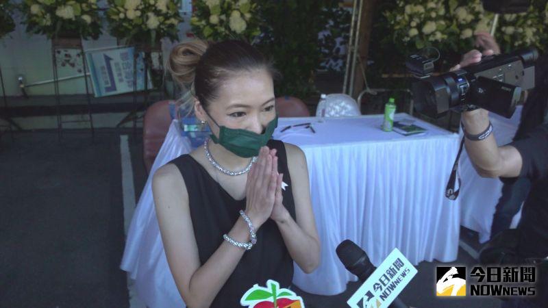 ▲Makiyo當李㼈父親告別式的招待。(圖/記者王嘉鴻攝)