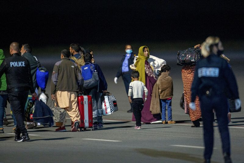 ▲首批阿富汗難民已抵達科索沃。直到永久安置在美國前,科索沃同意暫時收容他們。(圖/美聯社/達志影像)