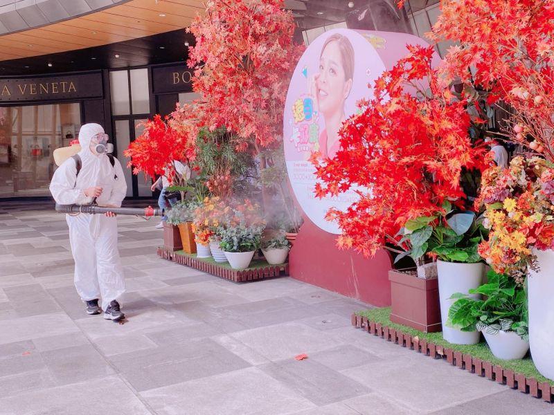 ▲板橋大遠百由於有員工確診,進行清消作業。(圖/翻攝板橋大遠百臉書)