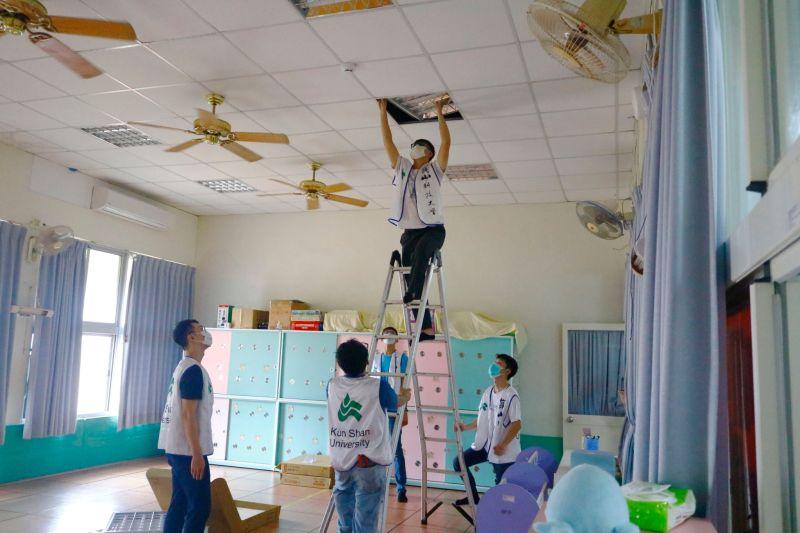 ▲崑山科大學生志工協助裝設LED節能燈管(圖/崑山科大提供)