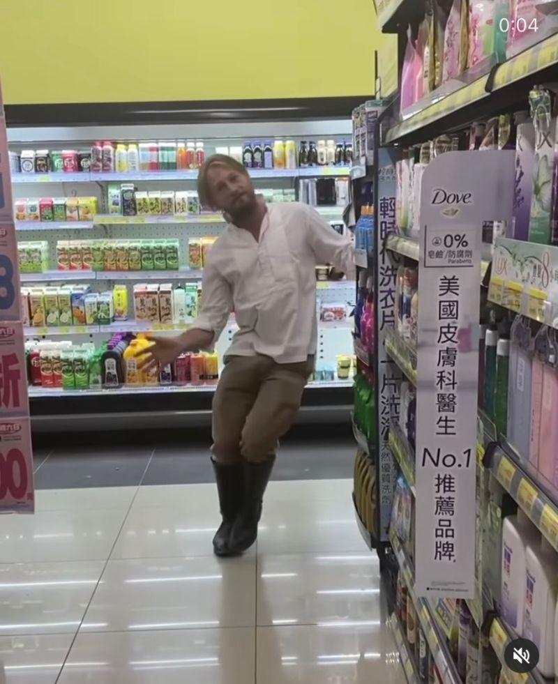 ▲法比歐在屏東超市玩穿越。(圖/翻攝温貞菱IG)