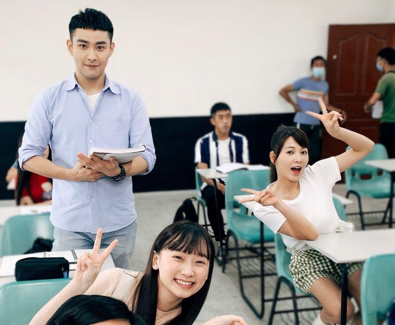 ▲吳鈺萱(左一)在劇中霸凌謝京穎(右一)。(圖/民視提供)
