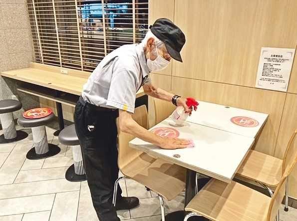 ▲藪田義光是全日本年紀最大的麥當勞員工。(圖/翻攝自北日本新聞社)