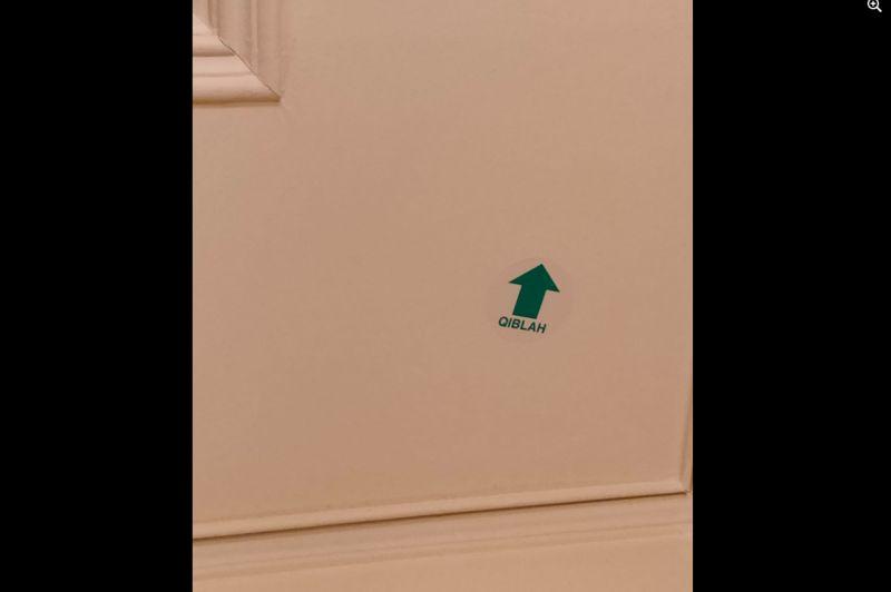 ▲有網友在女館房間天花板看見謎樣「箭頭貼紙」,好奇背後的用途為何。(圖/翻攝《爆系知識家》)