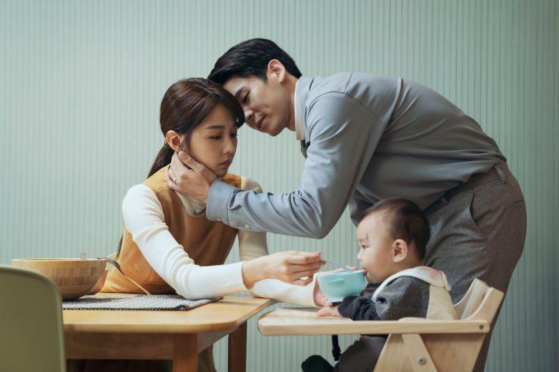 ▲林柏宏(右)在《2049》化身「家暴男」,邵雨薇為母則強盡全力保護孩子 。(圖/瀚草影視提供)