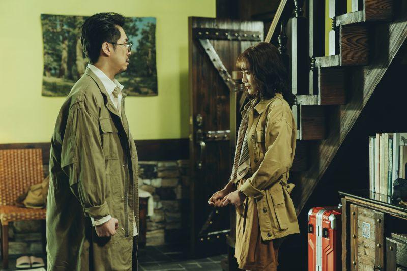 ▲李亦捷(右)在《2049》「婚內失戀」超沮喪,求助讀心機器遭陳漢典嫌。(圖/瀚草影視提供)