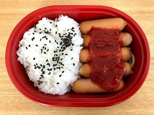 ▲日本一款便當配菜只有5根香腸,從6月底上市後連續兩個月成為暢銷冠軍。(圖/翻攝自《食品產業新聞SSNP》)