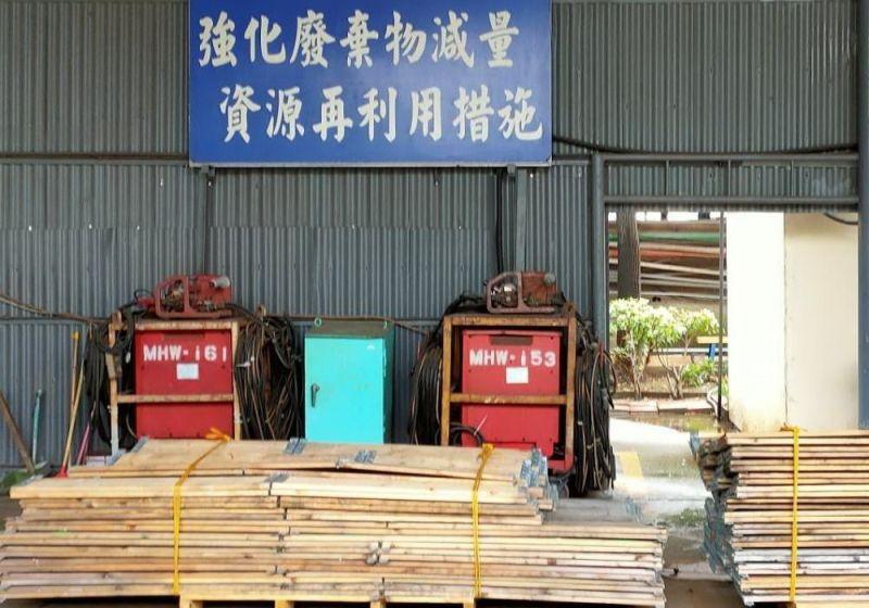 ▲台灣國際造船公司資源再利用,將一批不同尺寸的木邊框,捐贈給國中小學。(圖/記者黃守作攝,2021.08.31)