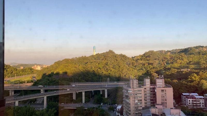 ▲陶晶瑩喜歡看窗外的那條高速公路。(圖/陶晶瑩臉書)