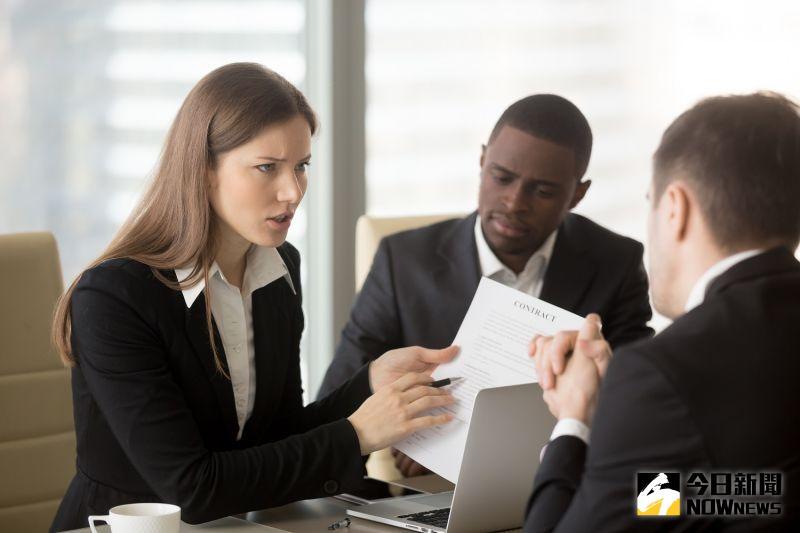 ▲辦公室裡,主管的喜怒哀樂通常能直接影響上班氛圍。(圖/Shutterstock)