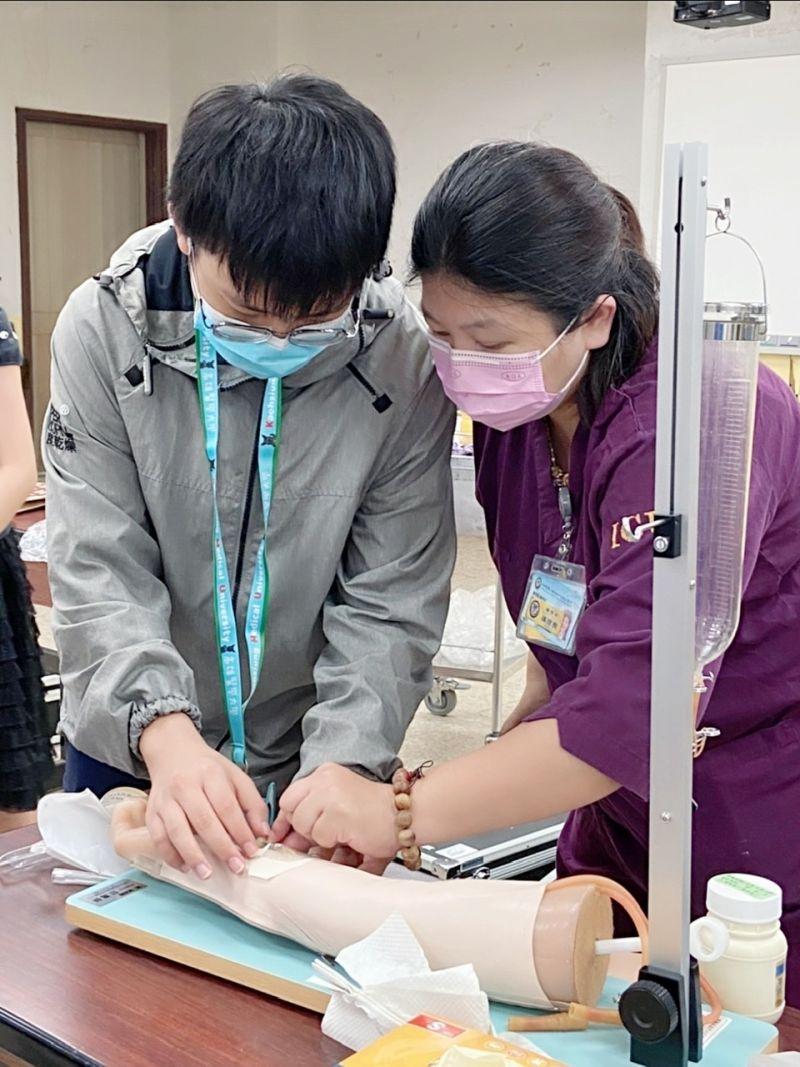 ▲學員透過模擬教具,演練針劑注射。(圖/高醫大提供)