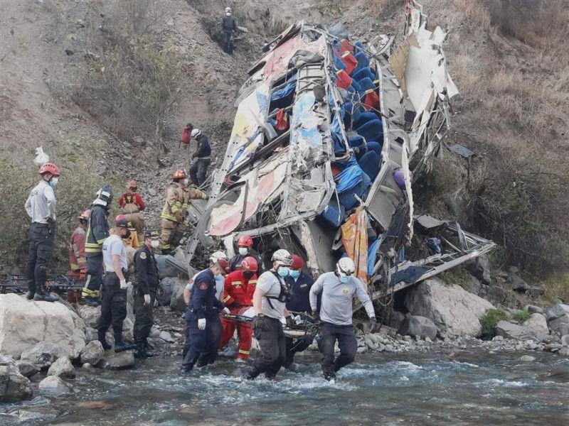 ▲秘魯一輛巴士8月31日清晨從一處懸崖墜落,造成32名乘客死亡。(圖/翻攝自PoliciaPeru推特)