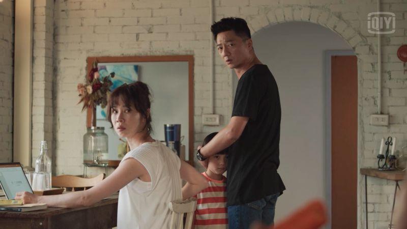 ▲陳嘉玲(左:謝盈萱飾)與蔡永森(右:藍葦華飾)為了照顧小孩一事起爭執。