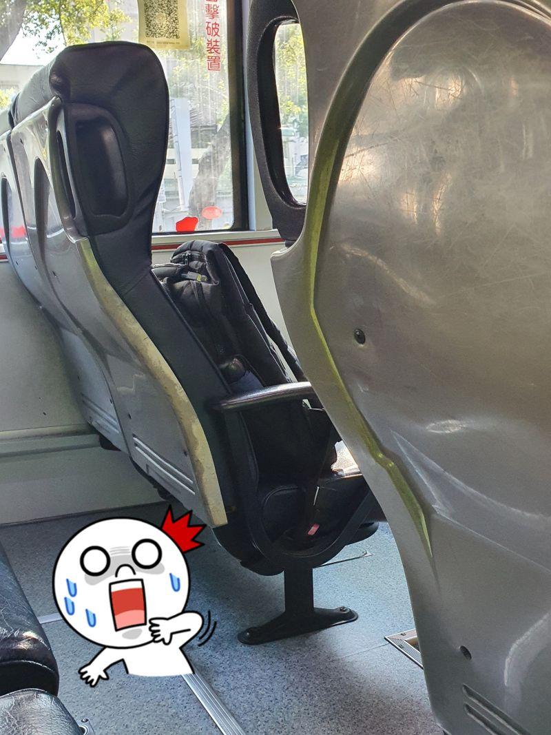 ▲原PO看著那個書包獨自坐了17站,下車時也貼心地告知司機。(圖/翻攝自《爆廢公社二館》)