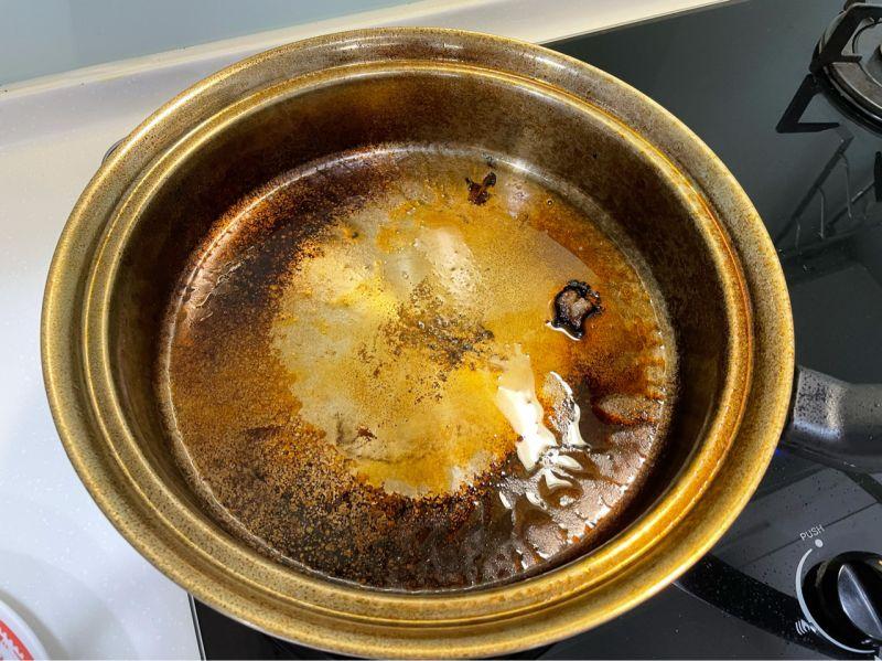 ▲原PO用大火煎牛排,沒想到卻爆黑油,還得滿鍋都是,結果鍋子變相當難清。(圖/翻攝自《PTT》)