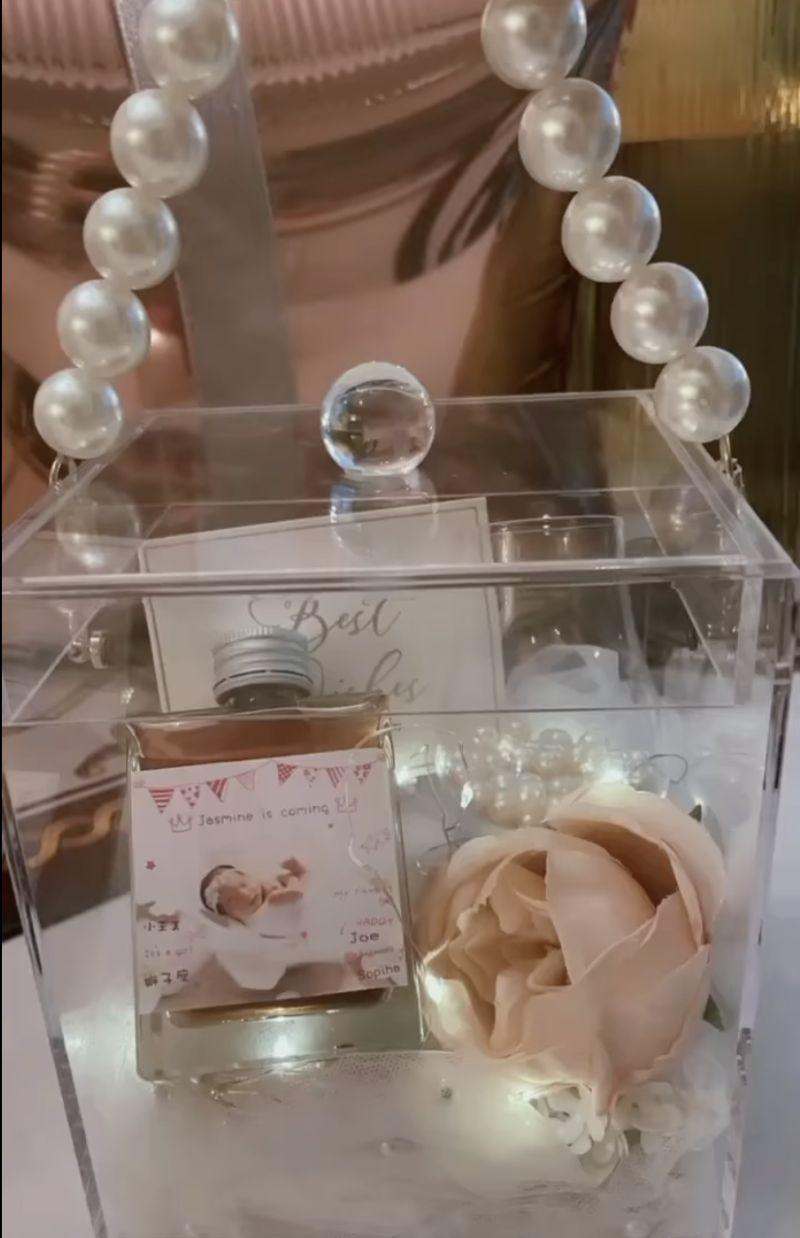 ▲王思佳女兒的彌月禮盒十分奢華。(圖/王思佳臉書)