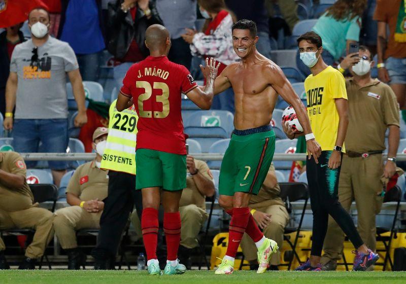 ▲葡萄牙足球巨星「C羅」Cristiano Ronaldo為葡萄牙踢進111球,成為史上國家隊最多進球射手,他開心到脫衣慶祝。(圖/美聯社/達志影像)