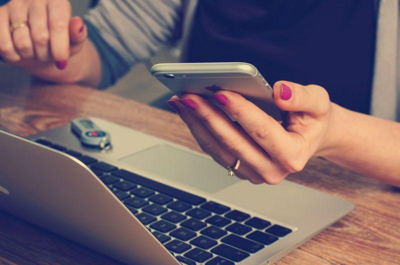 ▲疫情期間不少民眾接到許多推銷電話防不勝防,有網友擔心與簡訊實聯制是否相關,話題釣出民眾熱議。(示意圖,圖中人物與當事者無關/取自pixabay)