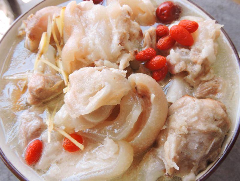 ▲男網友分享「家常豬腳湯」的做法,直呼「超補身體」。(圖/翻攝自《廚藝公社》)