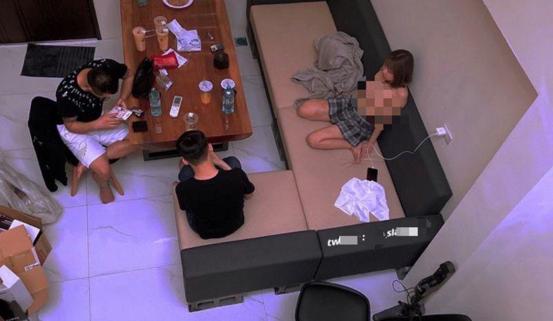 ▲張姓女直播主直播現場,攝影燈具各項設備一應具全。(圖/龜山分局提供)