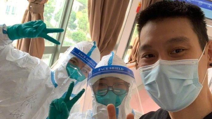 ▲林書豪先前確診新冠肺炎,今日康復出院和醫護人員開心合照。(圖/取自林書豪微博)