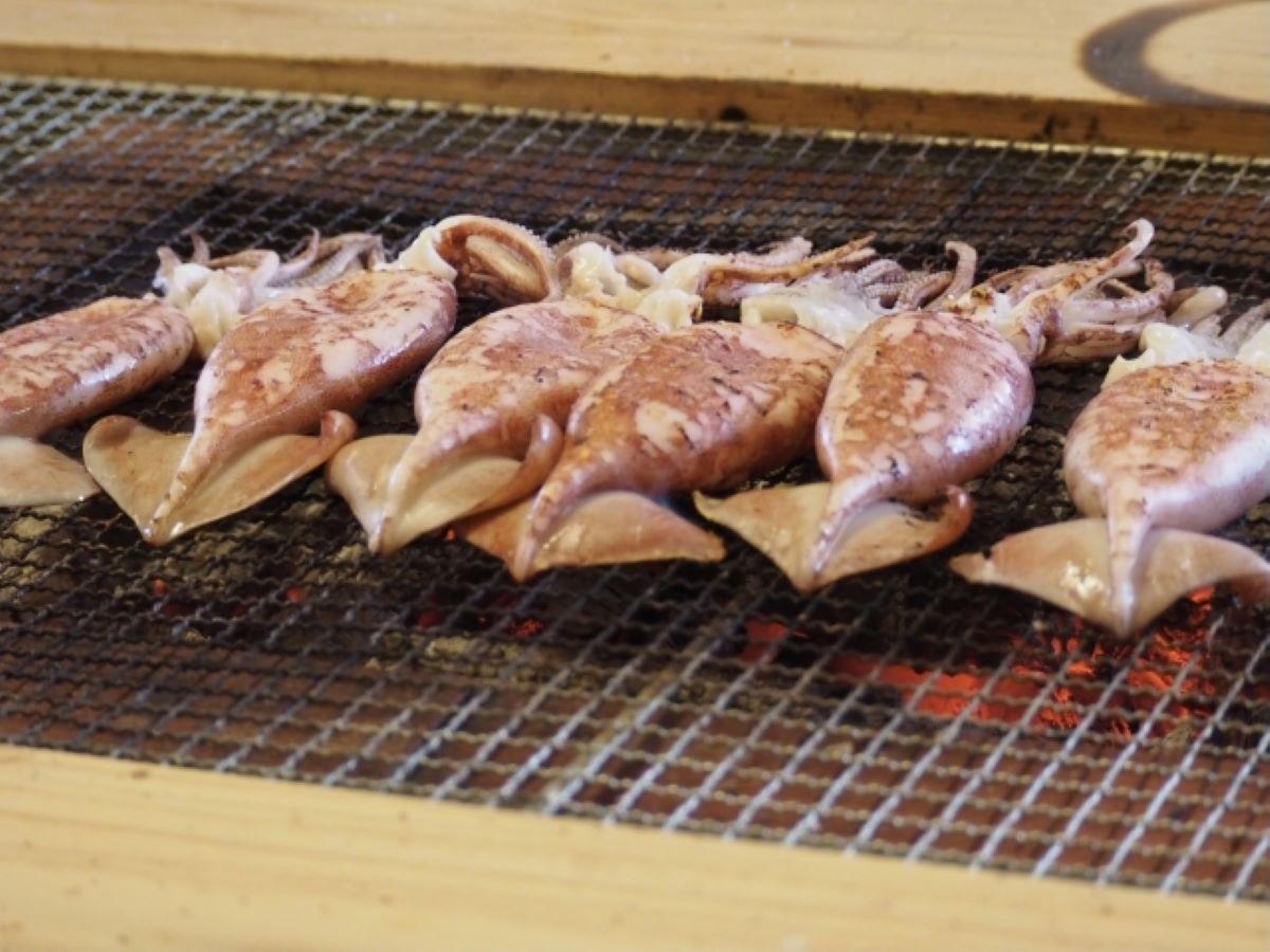 ▲其他網友問「魷魚這塊內臟是否可以吃?」對此,就有網友發文解釋,這是可以吃的,跟醬油放在一起調更讚。(示意圖/翻攝photoAC)