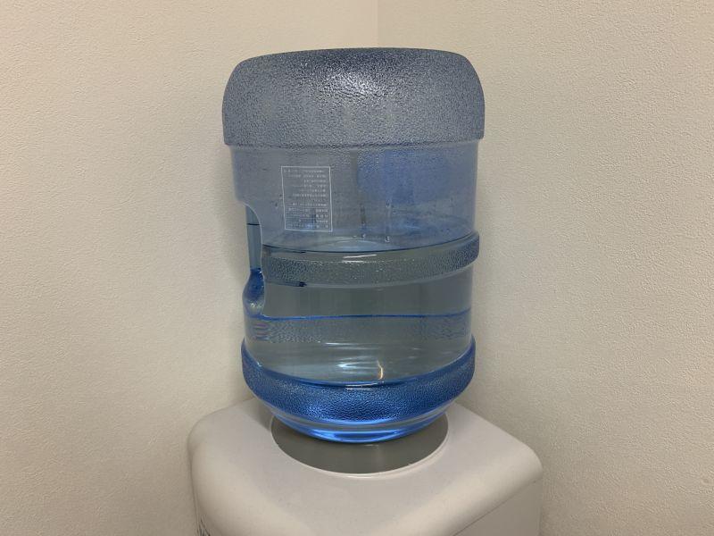 ▲有網友瀏覽人力銀行網站,發現一份配送桶裝水的司機,竟開出最多能有7萬的高月薪。不過貼文曝光卻立刻有不少網友揪出其中盲點。(示意圖/翻攝PhotoAC)