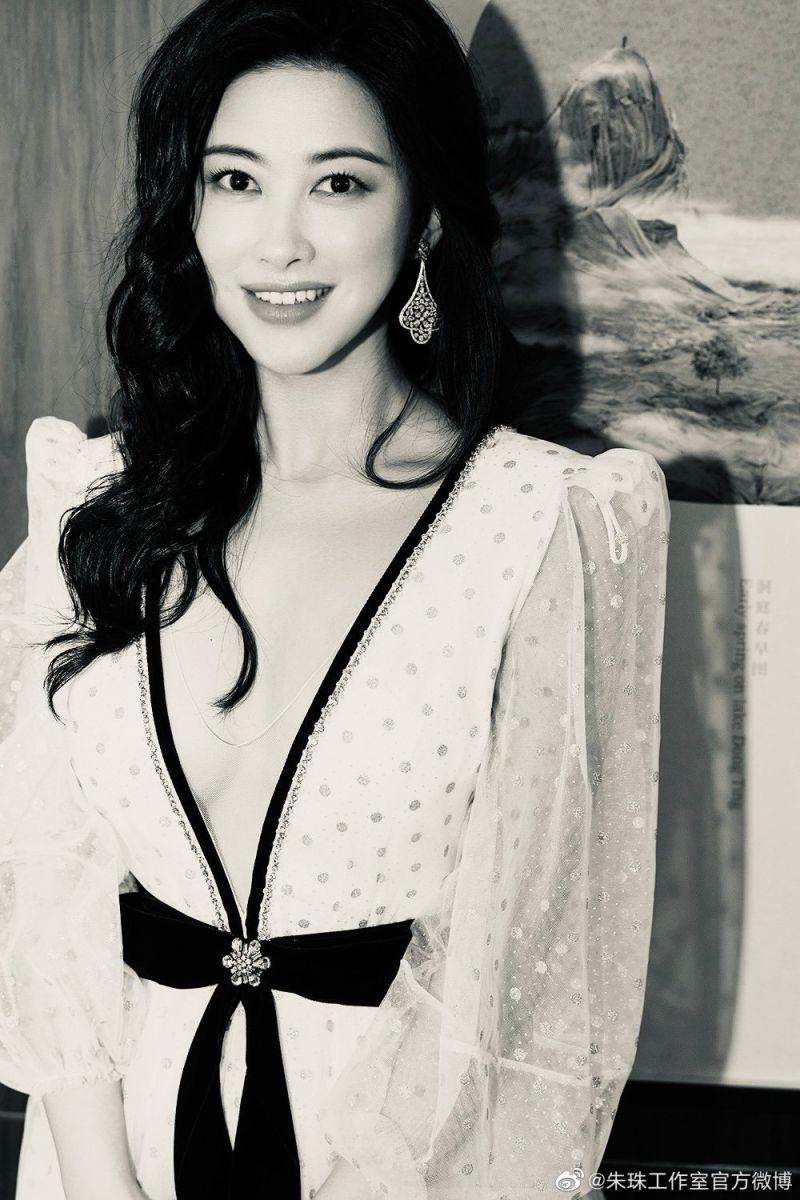 ▲朱珠精緻五官、曼妙身材受封「中國第一美女」。(圖/朱珠工作室微博、IG)