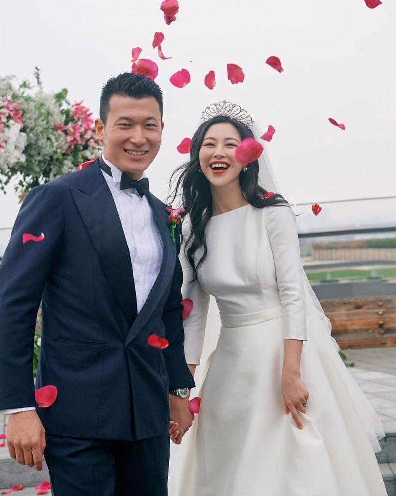 ▲朱珠(右)與王昀佳今年3月18日完婚,男方是北京清華大學美術系教授。(圖/朱珠IG)