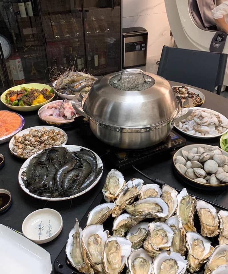 ▲網友老婆準備了超豐盛的海鮮大餐。(圖/翻攝自《爆廢公社公開版》臉書)
