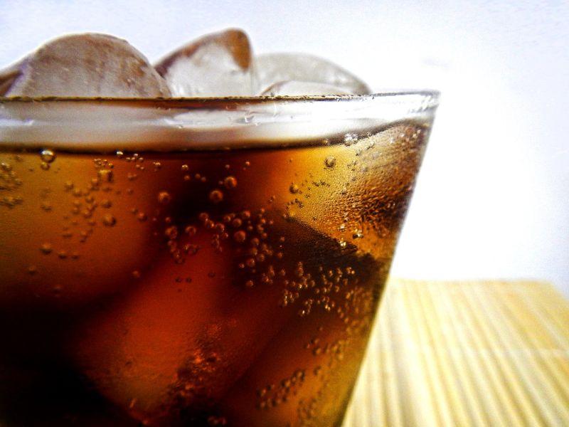▲「可樂」不但年輕人、小孩子愛喝,甚至就連部分老年人都會喝的知名飲品。(示意圖/翻攝自