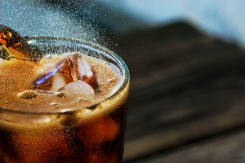 可樂該怎麼喝最絕配?老饕曝「完美6組合」:消暑又療癒