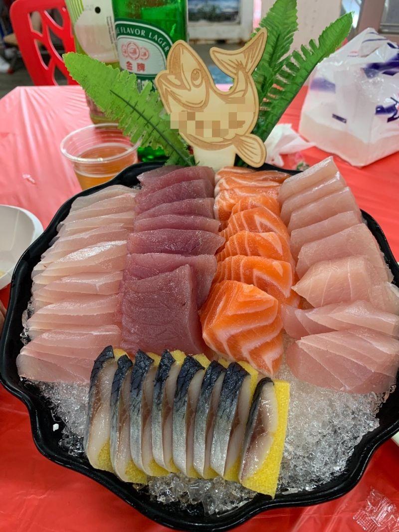▲從圖片中可以看到,200元的綜合生魚片中有著五種不一樣的魚類,同時也沒看到用「鮮蝦」擺入其中,豐滿的片數及擺盤都非常完美。(圖/翻攝自PTT)