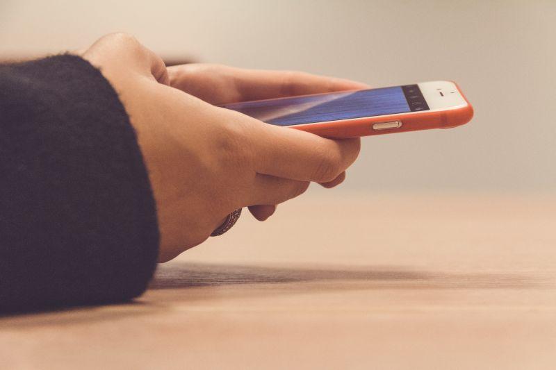 ▲有網友分享,手機突然跳出空間不足,打開一查發現竟不是LINE。(示意圖,圖中人物與當事者無關/取自unsplash)