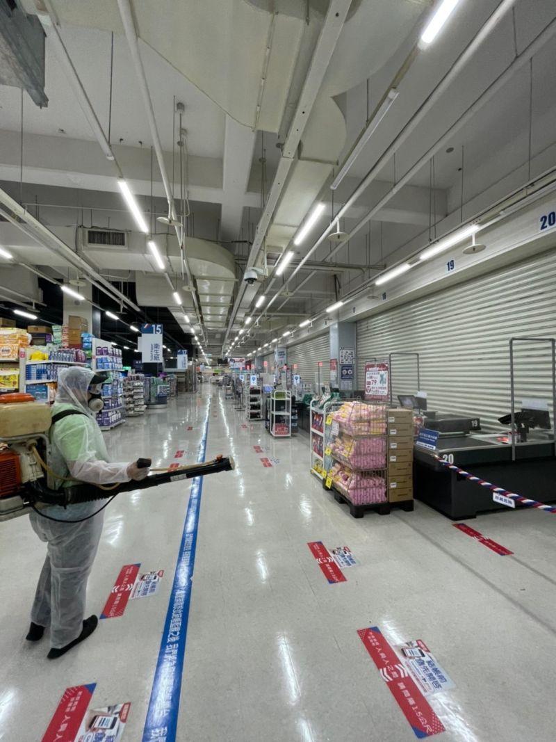 ▲桃園家樂福有確診機師足跡,昨日晚間閉店消毒。(圖/業者提供)