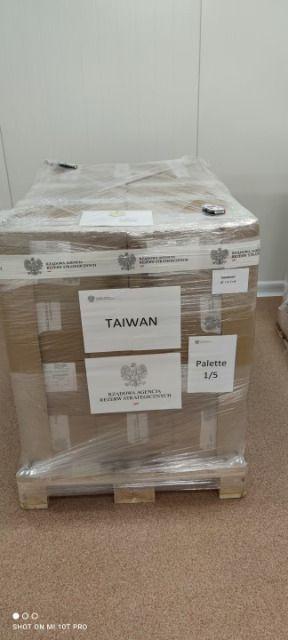 ▲波蘭贈台的AZ疫苗裝箱上印有「TAIWAN」字樣。(圖/翻攝波蘭外交部)