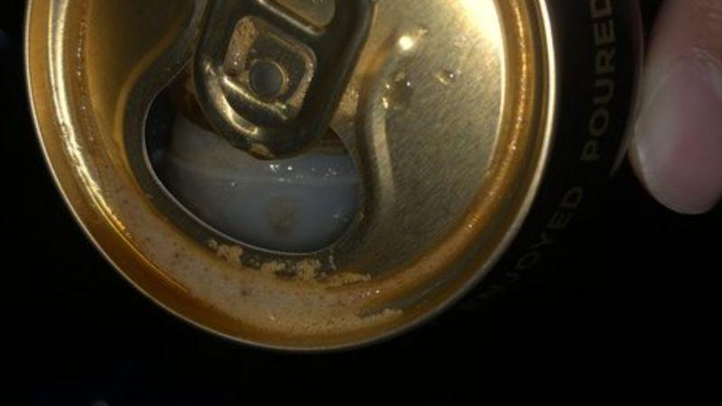 ▲網友分享自己喝完啤酒後,卻發現底部有一顆白色球體,讓他超傻眼。(圖/PTT)
