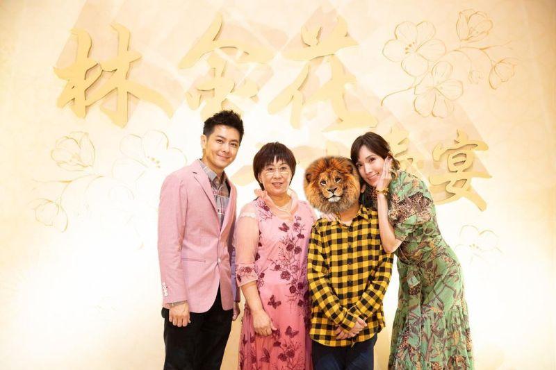▲林志穎(左)與媽媽(右2)和老婆陳若儀(右1)感情要好。(圖/陳若儀IG)
