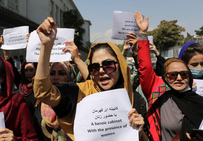▲身穿迷彩裝的「塔利班」(Taliban)特種部隊今天對空鳴槍,嚇得在阿富汗首都喀布爾一場向新執政者要求平權的女性遊行戛然而止。資料照。(圖/美聯社/達志影像)