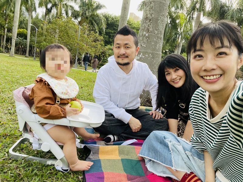 ▲九把刀(左二)的岳母在施打完AZ疫苗後過世,太太周亭羽(右一)非常悲痛。(圖/翻攝九把刀臉書)