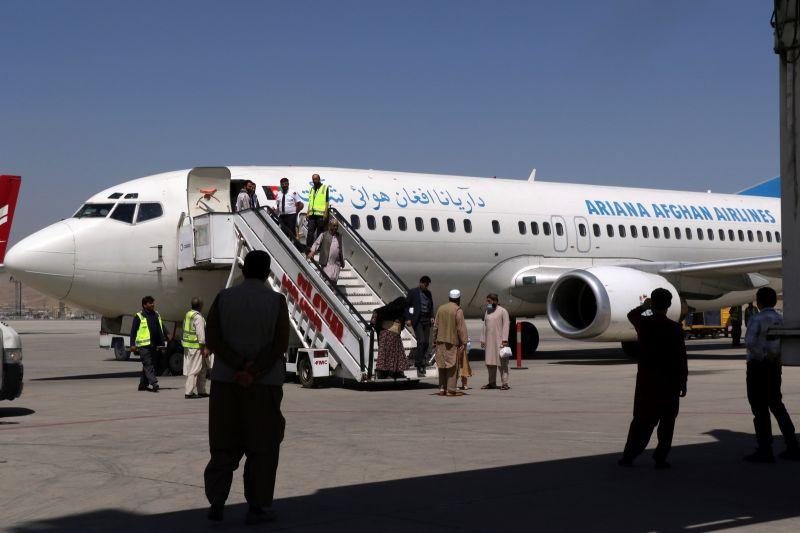▲阿富汗最大航空公司阿里亞納阿富汗航空宣布,往來首都喀布爾和境內3大城市航班部分復飛。圖為5日的喀布爾機場。(圖/美聯社/達志影像)