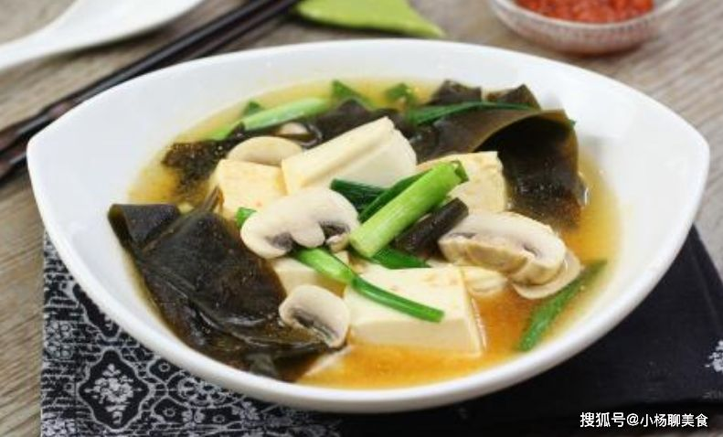 ▲煮豆腐加入「海帶」和「蘑菇」熬煮,吃起來竟比雞湯還要鮮美。