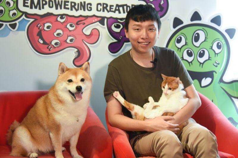 ▲網紅柴犬Nana很有貓緣,收編伴牠散步三年的愛滋浪貓。(圖/寵毛網,記者陳明安攝)